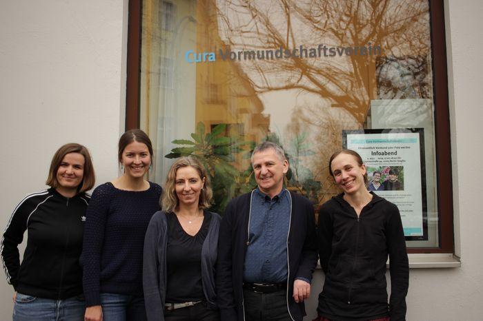 Team des Cura Vormundschaftsvereins vor dem Büro